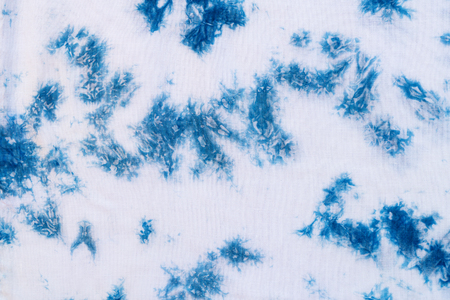 Pattern of blue tie batik dye on cotton cloth, Dyed indigo fabric background and textured, Painted blue watercolor on white cotton cloth 스톡 콘텐츠