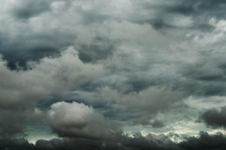 Closeup storm cloud before rainy, Motion black cloud in summer Banque d'images - 106164985