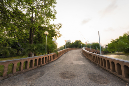 Concrete bridge over lake at the park, Beautiful walk way for jogging and exercise in garden Banque d'images - 106164989