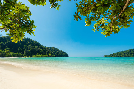 Wonderful turqoise sea at Andaman sea, Beautiful beach and gentle wave at Surin Island, Thailand Banque d'images - 106165048