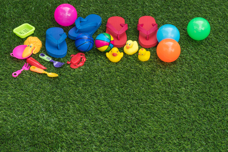 Collection of flip- flop object and toy on green grass for background Banque d'images - 106165051