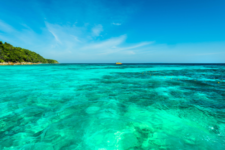 Wonderful turqoise sea at Andaman sea, Beautiful beach and gentle wave at Surin Island, Thailand Banque d'images - 106165059