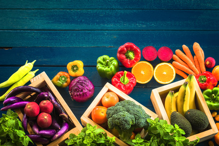 Top view of fresh vegetables on table, Fresh vegetables in wooden container with copy space Banque d'images - 106165065