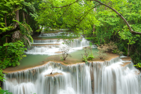 Beautiful and Breathtaking green waterfall, Huay Mea Kamin's waterfall, Located Kanchanaburi Province, Thailand Banque d'images - 106165672