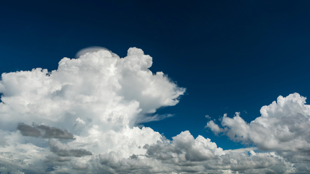 Cumulus cloud with blue sky for nature background Banque d'images - 106165685
