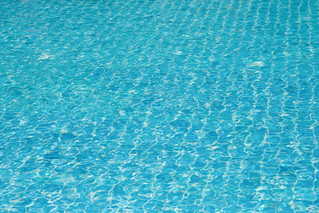 Blue and bright water surface and ripple wave with sun reflection in swimming pool Banque d'images - 106165686