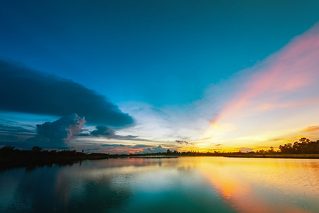 Beautiful sunset over lake with blue sky, Breathtaking sun ray after sunset at the lake landscape Banque d'images - 106166021