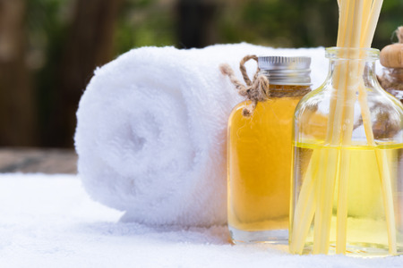 Closeup perfume and withe towel at spa resort Banque d'images - 106166022