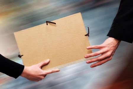 just in time: Two persons exchanging a file as a relay baton.