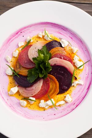 Three roasted beets with goat cheese, chives, and turmeric dressing. Banco de Imagens