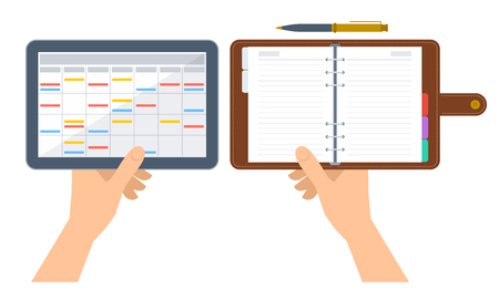Las manos están sosteniendo organizador y planificador electrónico y de papel. Ilustración de concepto plano de la agenda digital en la pantalla de la tableta y el diario de negocios con la cubierta de cuero. Horario de vector aislado en blanco.