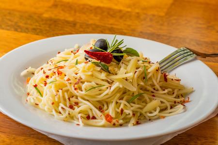 스파게티 알 리오 올리오 - 하얀 접시에 스파게티 알 리오 올리오. 스톡 콘텐츠