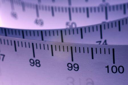 cintas metricas: Un rodillo de la cinta que mide que demuestra el lado m�trico del cent�metro. El paisaje colorised la versi�n Foto de archivo