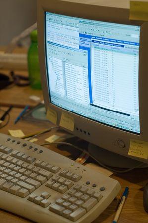 messy office: Un disordine scrivania ingombra di oggetti