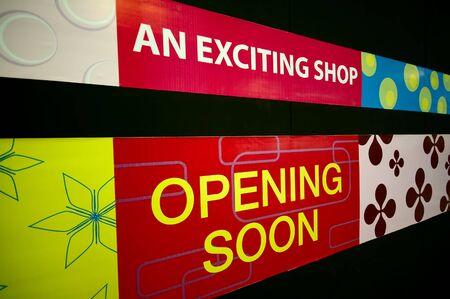 proximamente: Un Poco de apertura de se�alizaci�n en un centro comercial