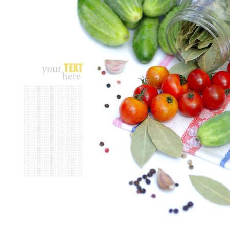 トマトとキュウリ サンプル テキスト付きの白い背景の上 写真素材