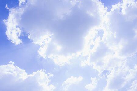 el cielo azul y las nubes, el fondo abstracto azul Foto de archivo