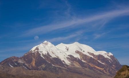 記念碑的な Mt イイマニと La Paz, ボリビアの満月