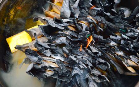 przodek: złoto i srebro papieru spalania do przodka