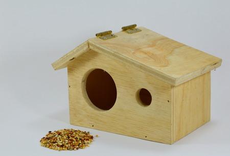 maison oiseau: aliments pour oiseaux et maison d'oiseau en bois