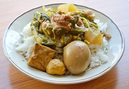 pork rib: uovo bollito salsa marrone e bollito di verdure con costola di maiale