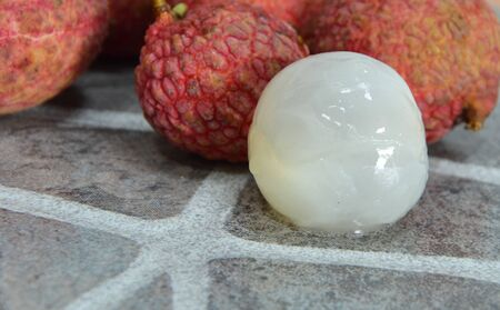 lichi: lychee peel out