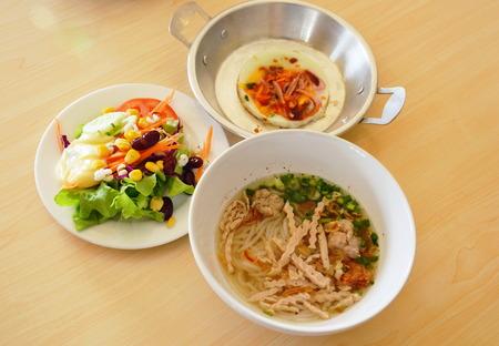 huevos estrellados: huevos fritos en cacerola con ensalada y fideos vietnamitas