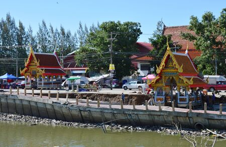 derrumbe: Phathumthanee Thailand June 9,2015 : pier of Srabau temple collapse from dry canal