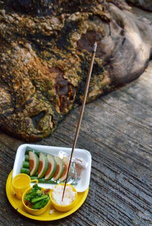 sacrificio: comida en bandeja de pl�stico para el sacrificio al esp�ritu errante Foto de archivo