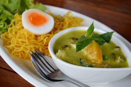 chicken curry: chicken curry and egg noodle Lizenzfreie Bilder