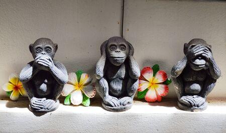 boca cerrada: mono estatua oreja boca cerrada y el símbolo del ojo en la religión Foto de archivo