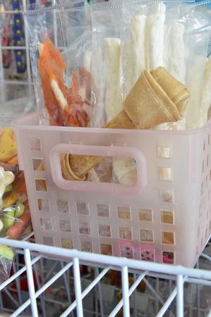 tienda de animales: dog snack in pet shop shelf Foto de archivo