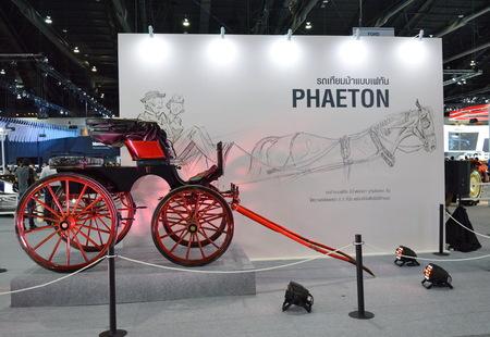 motor de carro: BANGKOK, TAILANDIA, 1 de diciembre de, 2015: Bangkok Internacional del Automóvil de Expo 2015 carruaje tirado por caballos en Challenger de impacto Muengthong Thanee