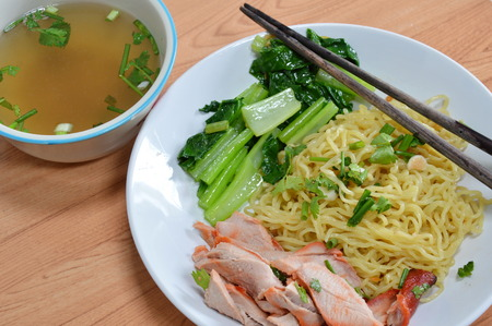 chinesisch essen: yellow noodle topping barbecue pork and soup
