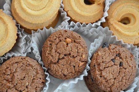 chocolate cookie: galleta de chocolate en la bandeja de papel