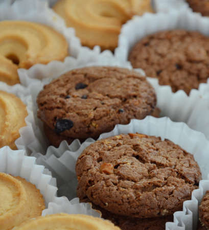 galleta de chocolate: galleta de chocolate en la bandeja de papel