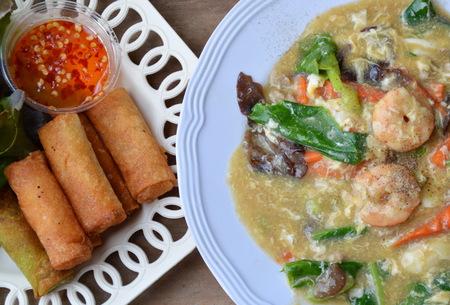 chinesisch essen: frittierte Fr�hlingsrolle und Garnelen Reisnudeln in So�eso�e Lizenzfreie Bilder