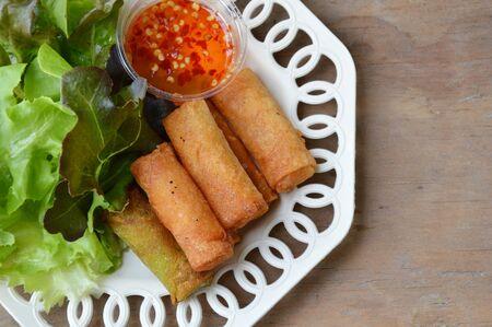 chinesisch essen: frittierte Fr�hlingsrolle und Sweet-Chili-Sauce auf Teller