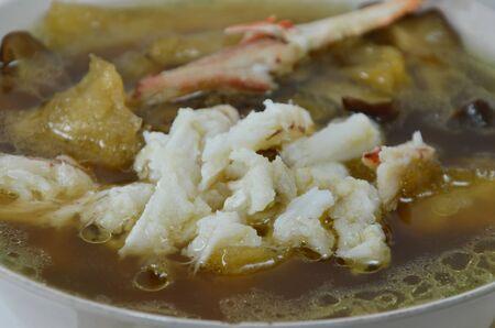 chinesisch essen: geschmortem Fisch maw in roten So�e Topping Krabbenfleisch in der Sch�ssel Lizenzfreie Bilder
