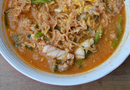 chinesisch essen: Instant-Nudeln sukiyaki Suppe in der Sch�ssel