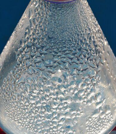 condensacion: gota de agua en botella plástica
