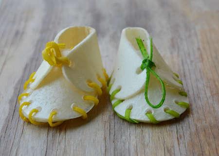 cuero vaca: zapato merienda perro hecha por el cuero de vaca en la tabla de madera