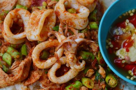 calamares: salteados calamares curry y carne de cerdo en una simple arroz