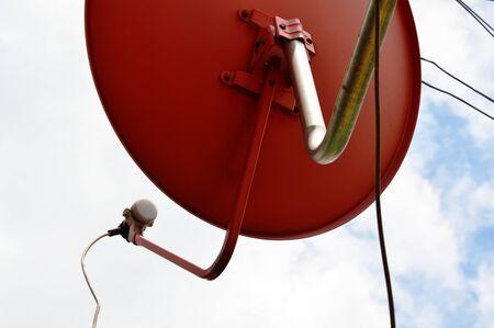antena parabolica: rojo antena parabólica y el cielo de fondo