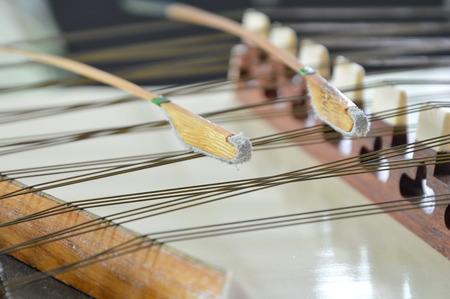 close up van dulcimer string en houten knuppel