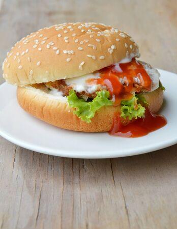 varkenshamburger dressing tomatensaus en mayonaise op de schotel Stockfoto