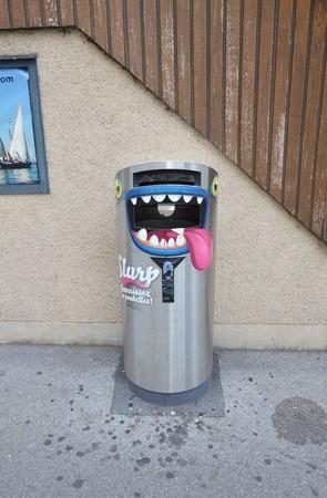 ステンレスの箱は、ゴミを入れながら話すことができるモントルー スイス 2014 年 6 月 2 日