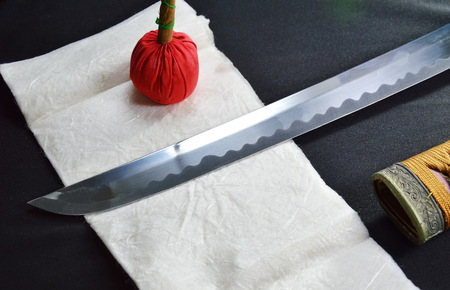scheide: Katana Japanese sword blade and scabbard with red compress for cleaning