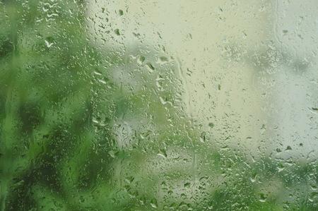 watervorm op glazen raam in regenachtige dag Stockfoto