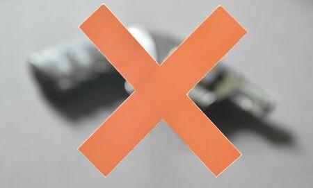 revólver borroso de papel rojo cruz para la violencia contra armas y el crimen